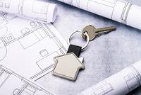 Haus als Schlüsselanhänger und Baupläne