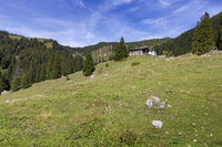 Blick auf die Priener Hütte mit Geigelstein im Hintergrund