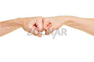 Zwei Fäuste prallen aufeinander