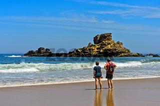 Touristen am Strand Praia do Castelejo an der Costa Vicentina Küste, Vila do Bispo, Portugal