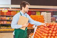 Supermarkt Verkäufer kontrolliert Gemüse