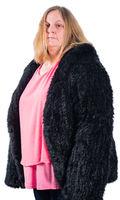 Weibliches Model trägt eine Pelzjacke