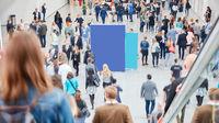 Viele anonyme Menschen gehen um Werbeplakat