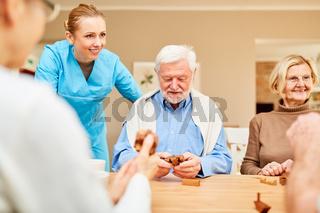 Altenpflegerin betreut Senioren mit Demenz