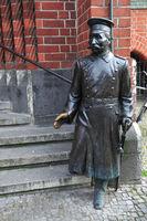 Bronze-Skulptur Der Hauptmann von Köpenick vor dem Rathaus Berlin-Koepenick