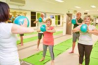 Gruppe Senioren trainiert mit dem Mini Gymnastikball