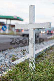 Warnhinweis mit weissem Kreuz am Strassenrand - Verkehrstote