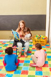 Tagesmutter und Kinder beim Vorlesen