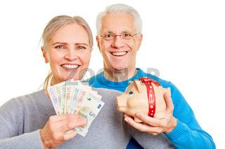 Senioren Paar mit Geld und Sparschwein