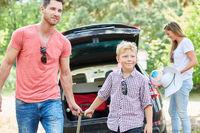 Vater und Sohn transportieren Gepäck