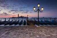 Die Gondeln von Venedig am Markusplatz mit Blick auf die Insel San Giorgio
