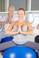 Gruppe Senioren macht Yoga Kurs