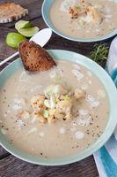 Cremige Suppe mit geroestetem Blumenkohl