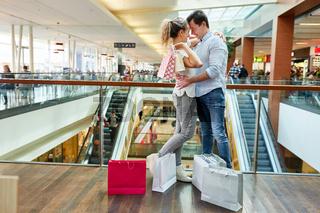 Verliebtes Paar im Shoppingcenter