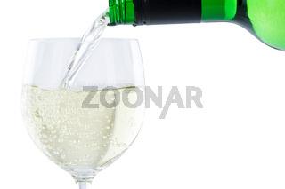 Wein einschenken eingießen aus Weinflasche Weißwein Weisswein freigestellt Freisteller