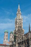 Die Türme des Neuen Rathauses und der Frauenkirche in München