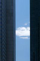 Wolke zwischen zwei Hochhäusern