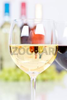 Wein Weißwein Weisswein im Glas Hochformat