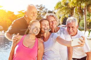 Senioren Gruppe macht Selfie im Urlaub