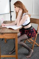 Vollbusiger, schlanker Rothaariger, verkleidet als sexy Schulmadchen, strippt im Klassenzimmer