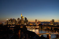 Frankfurt am Main Skyline am Abend mit Lichtern