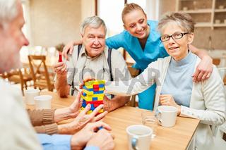 Dementes Senioren Paar und Altenpflegerin