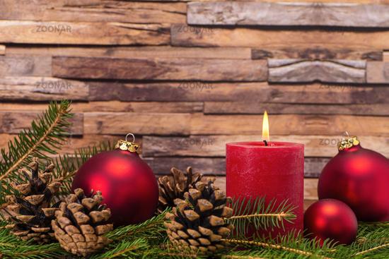 Weihnachtsdekoration mit Kerze und Tannenzapfen