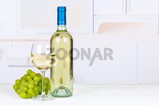 Wein weiß Weißwein weiss Weisswein Weintrauben Trauben Textfreiraum Copyspace