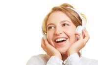 Frau hört Musik oder Podcast über Kopfhörer