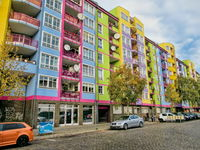 Sanierte Häuserzeile in berlin westend, germany