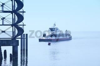 Katamaran läuft in den Hafen ein