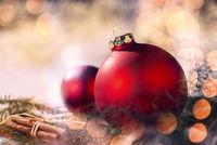Rote Christbaumkugeln und Weihnachtsdeko