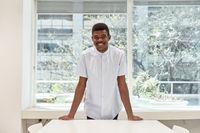 Afrikanischer Mann als Student oder Praktikant