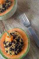 Melonenhälften mit Bulgursalat