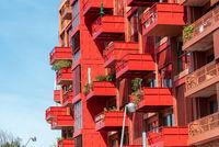 Fassade eines modernen roten Wohnhauses in Berlin