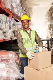 Junger afrikanischer Arbeiter als Verpacker