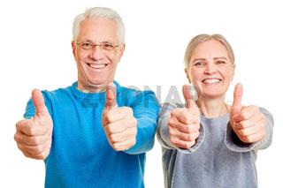 Paar Senioren hält alle Daumen hoch