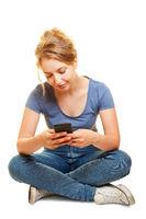 Frau beim Spielen oder Chatten mit Smartphone