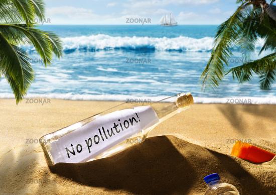 Flaschenpost mit der Nachricht No pollution am Strand