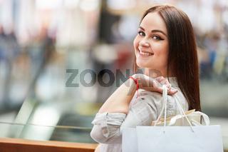 Glücklicher Teenager beim Shopping