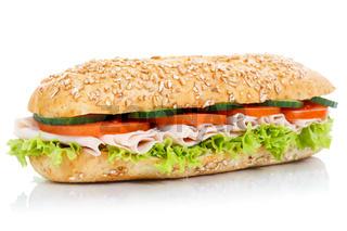 Baguette Brötchen Sandwich Vollkorn belegt mit Schinken frisch freigestellt Freisteller