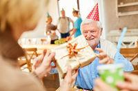 Alter Mann bekommt Geschenk von Freunden