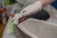 Handwerker schleift Betonschale - Nahaufnahme