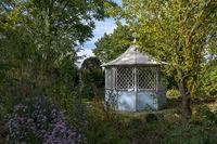 Staudenbeete mit Pavillon