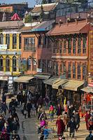 Pilger und Touristen beim Rundgang um die Boudhanath Stupa, Kathmandu, Nepal