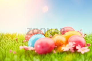 Ostereier zu Ostern mit Sonne am Himmel
