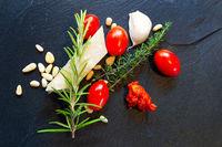 Pesto Rosso mit Zutaten