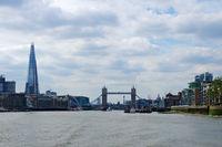 Mit dem Schiff auf der Themse - London