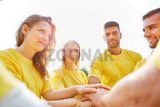 Junges Start-Up Team stapelt Hände aufeinander
