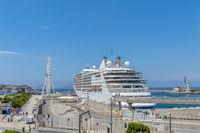 Hafenbecken mit Kreuzfahrtschiff